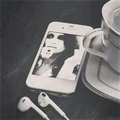 قهوة وصوت فيروز و لا اريد من هذا العالم اكثر
