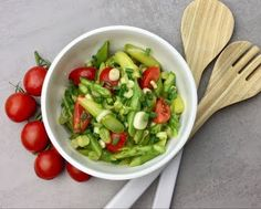 Grüner Spargelsalat - Thermomix - Rezept von Thermiliscious Drip Cakes, Cobb Salad, Sprouts, Cabbage, Vegetables, Food, Youtube, Tomatoes, Backen