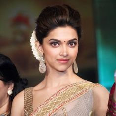 Deepika Padukone full on indian look Saree Hairstyles, Indian Bridal Hairstyles, Bride Hairstyles, Bollywood Hairstyles, Hairdos, Deepika Padukone Saree, Deepika Padukone Hairstyles, Dipika Padukone, Beautiful Bollywood Actress