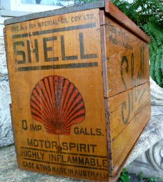 love old boxes and crates Vintage Wooden Crates, Old Wooden Boxes, Old Crates, Old Boxes, Old Gas Pumps, Vintage Gas Pumps, Vintage Oil Cans, Vintage Tins, Old Gas Stations
