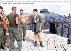 FSB Patton II near Trung Lập, Northwest of Củ Chi A girl from the USO show has stopped by. Vietnam History, Vietnam War Photos, Navy Military, Military Photos, Historical Images, Vietnam Veterans, American Soldiers, Cold War, Usmc