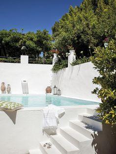 En esta casa viven Carlos y Gerard, que buscaron la tranquilidad y el sol de Andalucía después de Ámsterdam. El porche es sencillo, natural, ¡y muy fresquito! #casaspequeñasdeunaplanta