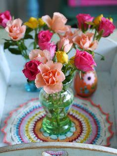 Sweet roses on a crochet mandala #MollieMakes #Cafenohut