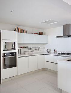 Apartamento, decoração de apartamento, com tons neutros. Cozinha branca.