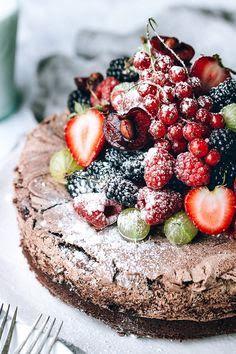 Torta al cioccolato con meringa e frutti di bosco