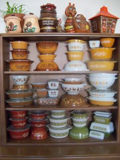 Love all of this vintage Pyrex! Vintage Pyrex Dishes, Vintage Kitchenware, Vintage Glassware, Pyrex Display, Pyrex Bowls, Vintage Decor, 1960s Decor, Vintage Tins, Vintage Pottery