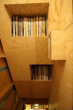 boekenrek by naais, via Flickr ideetje traphal, oplossing cd's?
