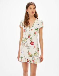 Sukienka w kwiaty z falbanami.  Odkryj to i wiele innych ubrań w Bershka w cotygodniowych nowościach