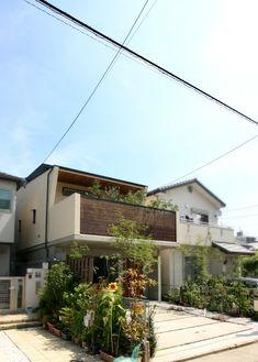 2階テラスに緑豊かな庭を配し、1階にはゆったり車が2台入るビルトインガレージを配した3階建て住宅。 子供室とダイニングをつなぐ伝声管(鉄管)が楽しい。
