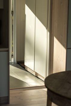 Hall i modulbyggt hus. www.sommarnojen.se #sommarhus #fritidshus #garderob #arkitektur #hall #naturmaterial