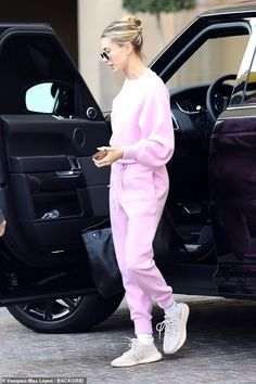 Hailey Bieber cuts a casual figure in pink sweatsuit with sneakers - Low key: Hailey Bieber was spotted stepping out solo while rocking a bright pink sweatsuit… - First Date Outfits, Cool Outfits, Casual Outfits, Fashion Outfits, Fashion Trends, Fashion Tips, Estilo Hailey Baldwin, Hailey Baldwin Style, Beverly Hills
