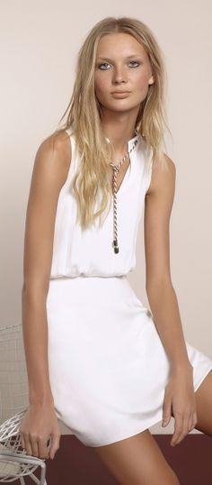 vestido curto acinturado com decote v e detalhe de corda no decote