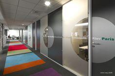 Janelas de separação de espaços com adesivos decorativos no hall de entrada nos escritórios da JLL em Lyon, França