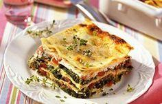 Spinat-Quark-Lasagne - Die besten Rezepte für Gemüselasagne - Statt fetter Bechamel-Soße punktet diese Spinatlasagne mit magerem Quark und ist deswegen kalorientechnisch ein echtes Leichtgewicht. » Zum Rezept: Spinat-Quark-Lasagne