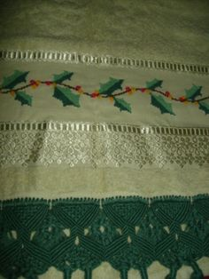 toalha de rosto, bordada em ponto cruz, com barrado em macramê, aceito encomendas, inesmoreira60@hotmail.com