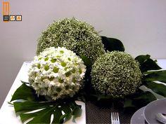 Bolas realizadas con Paniculata y Margaritas con hojas de Filodendro debajo http://milejardin.com/ #floristeria