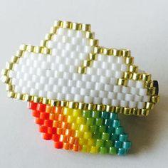 Un joli nuage arc-en-ciel monté sur une barette parfait pour attacher les…