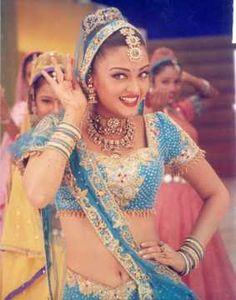 Six sizzling dance tracks of Aishwarya Rai Bachchan – Birthday special Bollywood Couples, Bollywood Stars, Bollywood Fashion, Indian Photoshoot, Couple Photoshoot Poses, Actress Aishwarya Rai, Aishwarya Rai Bachchan, Sanjay Leela Bhansali, Indian Outfits