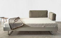 Wie sieht ein Bett aus, das nicht nach einem Bett aussehen soll? NOVA ist im Design stark reduziert und dabei maximal bequem und flexibel. Zwischen Aluminiumrahmen und umlaufendem Profil lassen sich die Kopfteile ganz nach Wunsch einstecken. So kann NOVA zum Sofa werden.