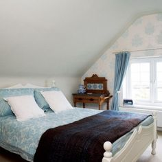 This room has a similar set up to mine, although it's wider. I hadn't thought of putting the bed so close to the window.