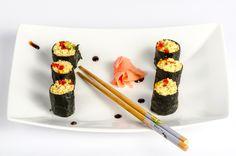 Cine spune ca mancarea raw nu este delicioasa, versatila, si ca imita atat de bine gustul din bucataria clasica? Poate chiar prea bine... in cazul sushi-ului Rawmazing cu avocado, castravete si morcovi.