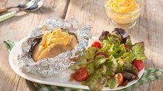 Nicht nur in der Grillsaison ein Schmankerl: Folienkartoffel mit unserem würzigen Curry-Mango-Kichererbsen-Dip. Perfekt dazu: ein bunter Blattsalat!