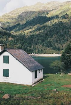 I love simple houses in beautiful landscapes.