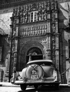 Cochazo de la época ante el Hostal de los Reyes Católicos. Reyes, Black And White, World, Travel, Vintage, Antique Photos, Journaling, Medicine, History