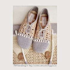 crochet slipper shoes with matching shopping bag new pattern Mode Crochet, Crochet Diy, Crochet Boots, Crochet Purses, Crochet Slippers, Crochet Crafts, Crochet Clothes, Crochet Projects, Knooking