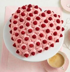 Herz-Himbeertorte The recipe for heart raspberry cake and more free recipes on LECKER. Baking Recipes, Cake Recipes, Snack Recipes, Cake Cookies, Cupcake Cakes, Russian Honey Cake, Beaux Desserts, Raspberry Cake, Pumpkin Spice Cupcakes
