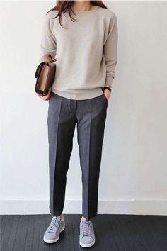 Abbinare le scarpe da ginnastica in autunno - Sneakers con pantaloni classici e maglia basic
