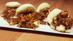 Gua Bao o bocadillo taiwanés al vapor de pollo con barbacoa oriental. Hamburguesa oriental muy típica de la comida callejera. Gua Bao, Bao Buns, Oriental Food, Steamed Buns, Tasty, Yummy Food, Food Decoration, Pulled Pork, Bbq