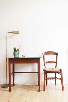 Klein antiek tafeltje met stoel. Houten vintage schrijfmeubel/tafel | Tafels | Flat Sheep Retro Design, Persian Rug, Chair Design, Vintage Furniture, Dining Bench, Rugs, Home Decor, Persian Carpet, Farmhouse Rugs