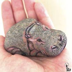 Akie Nakata malt realistische Tierportraits auf Steine Stone Crafts, Rock Crafts, Crafts To Do, Pebble Painting, Pebble Art, Stone Painting, Painted Rock Animals, Hand Painted Rocks, Painted Stones