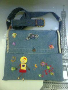 Tela vaquera reciclada. Decorado con fieltro y lana de colores. Forro interior y…
