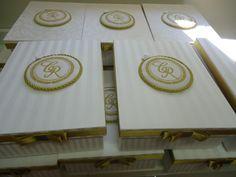 Caixa forrada em adamascado com brasão dos noivos bordado.Ideal para mini vinho e 1 taça ou 3 bem-casados,com mensagem para os padrinhos e embaladas em saquinhos de voal. R$ 49,00 (dizeres lindo)