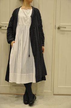 Loose and looser and tights: De quoi se chevauchent,, = maison de sols… Mori Girl Fashion, Boho Fashion, Womens Fashion, Mein Style, New Shape, Mode Hijab, Yohji Yamamoto, Looks Vintage, Linen Dresses