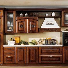 Cucina in legno scuro con cappa d 39 arredo bianca e vetrine una visione romantica e dolce che si - Mercatone uno mobili arte povera ...