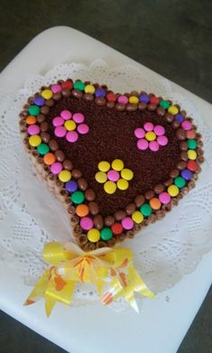 Torta con pirulin y dandis Torta Candy, Candy Cakes, Cake Sizes And Servings, Cake Servings, Heart Shaped Cakes, Heart Cakes, Minnie Mouse Birthday Cakes, Spring Cake, Types Of Cakes