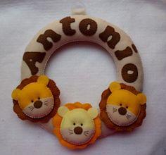 Enfeite de porta de leãozinhos fofinhos em feltro , com aplicação do nome do bebê em feltro R$74,90