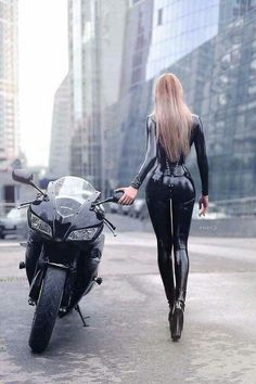 Beautiful Girls With Cars and Motorcycles - Bellas Mujeres Con Coches y Motos - Girls Washing Cars - Cars - Coches - Bikes - Motos Biker Chick, Biker Girl, Lady Biker, Cuir Center, Hot Bikes, Scooters, Ducati, Yamaha, Motorcycles