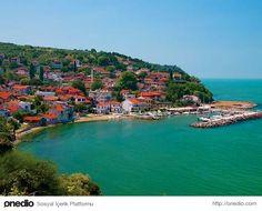 Trilye - Bursa  Bursa'nın Mudanya ilçesinin 11 km uzağında, Marmara'ya kıyısı olan şirin bir beldemiz olan Trilye eski bir Rum Köyü'dür. Kırmızı kiremitli çatılarıyla göze çarpan Trilye, dar sokakları, tarih dolu mekanları ve sahil boyuyla muhteşem bir görüntü çiziyor. Diğer bir adı da Zeytinbağı olan bu şirin köyün zeytini dünyaca ünlüdür.