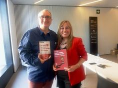 Alfred López y Mónica Mendoza con sus respectivos libros