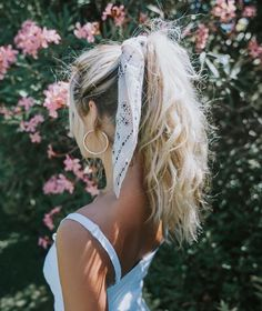 hair inspo How to Style Bows In Your Hair With Scarf Celebrity Fashion, Outfit Trends And Beauty Tips Hair Scarf Styles, Curly Hair Styles, Hair Styles With Bandanas, Hair With Bandana, Scarf In Hair, Scarf Bun, Hair Scarfs, Bun Styles, Ponytail Styles