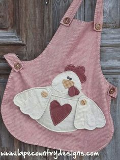 Sweet Country Apron~& did you notice the removable potholder wings (with button attachments). Sewing Hacks, Sewing Tutorials, Sewing Crafts, Sewing Projects, Sewing Aprons, Sewing Clothes, Applique Patterns, Sewing Patterns, Apron Patterns