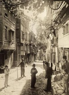 1918 A square from the streets of Istanbul. - Meliha Duran - - 1918 A square from the streets of Istanbul. Vintage Pictures, Old Pictures, Old Photos, Artistic Photography, Art Photography, Pictures Of Turkeys, Ottoman Empire, Historical Pictures, Istanbul Turkey