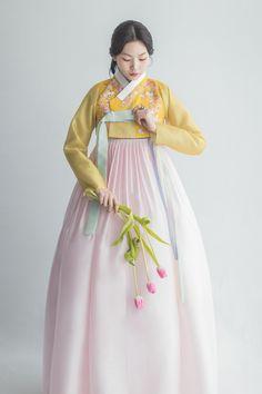 Korean Traditional Dress, Traditional Fashion, Traditional Dresses, Hanbok Wedding, Korea Dress, Modern Hanbok, Oriental Dress, Korean Outfits, Asian Fashion