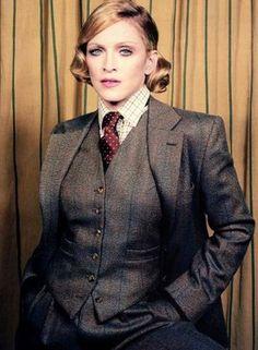 Madonna de terno e gravata na onda sexy e elegante de inspiração masculina. Acho tão lindo!