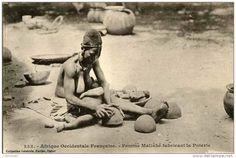 Afrique Occidentale Française - Femme Malinké fabricant la poterie Photographe : François Edmond Fortier, circa 1910-1925 Carte postale #allaitement