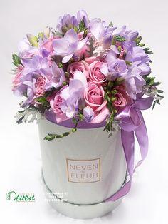 Flower box sa ružama i frezijama. Flowers in box